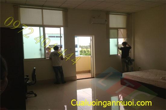 Nhan_vien_dang_tien_hanh_lap_dat_cua_luoi_chong_muoi_co_dinh