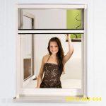 Dùng lưới chống muỗi cho cửa sổ